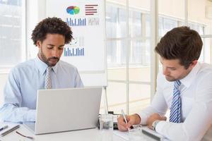 empresários concentrados com placa gráfica no fundo foto