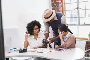 editores de fotos casuais concentrados no trabalho