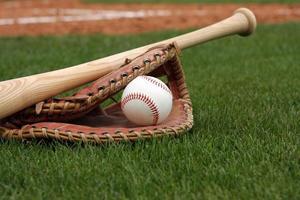 beisebol e luva no campo foto