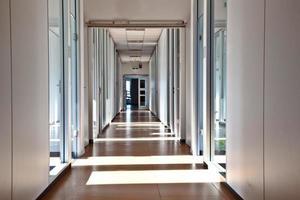 corredor de escritório vazio foto