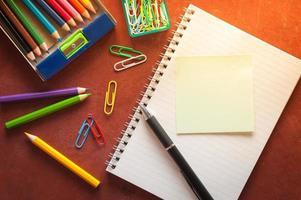bloco de notas e papel colante