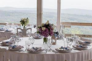 arranjo de mesa bonita com vista para a montanha