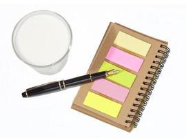 livro memorando e caneta-tinteiro