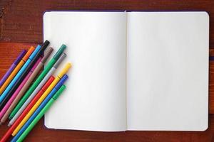 lápis e caderno em branco foto