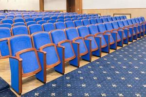 sala de conferências com assentos azuis foto