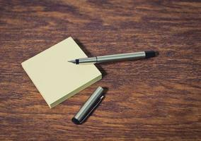 papel e lápis em cima da mesa de madeira. fechar-se. foto