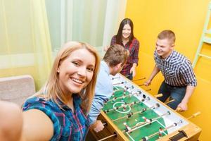 amigos felizes jogando hóquei na mesa foto