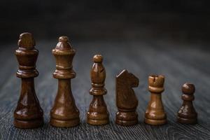 peças de xadrez em uma mesa de madeira