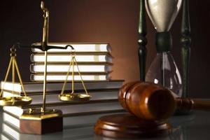balança dourada da justiça, livros, estátua da justiça foto