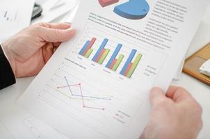 closeup do empresário, olhando para um gráfico foto