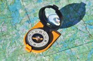 bússola, mapa, ao ar livre. foto