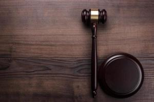 martelo de juiz no fundo de madeira marrom foto