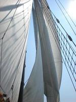 velas de navio soprando em um dia ensolarado