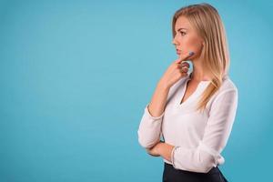 linda loira vestindo blusa branca foto
