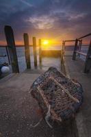 pôr do sol no cais de mudeford em hampshire foto