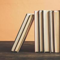 livros na prateleira de madeira.