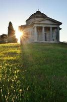 pôr do sol na igreja foto