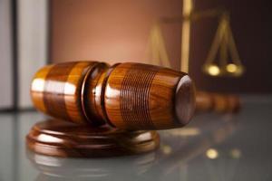 juízes martelo de madeira e livros de direito foto