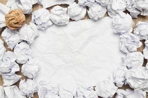 maços de papel amassado com papel em branco foto