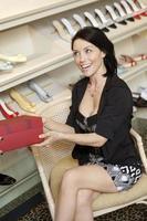 mulher na loja de sapatos