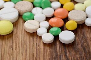 pilha de pílulas diferentes em blisters isolados em background branco foto