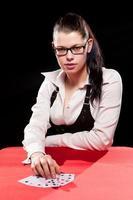 jovem mulher jogando no jogo foto