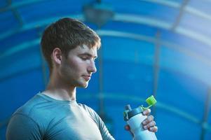 atleta de água potável foto