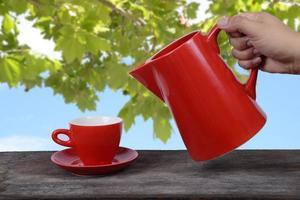 servir bebida quente. foto