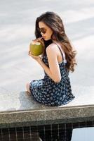 bebendo leite de coco foto