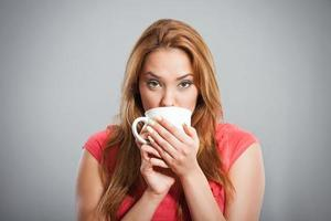 menina tomando café foto