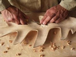 esculpindo uma folha em madeira