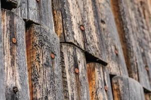 cerca de madeira envelhecida rachada foto