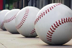 linha de bolas de beisebol foto