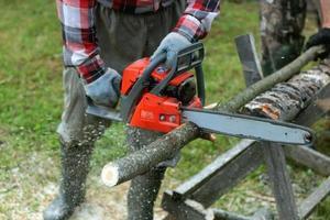 cortar serra elétrica de madeira foto