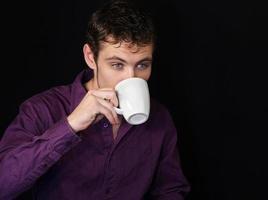 homem bebendo café foto