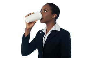 mulher bebendo bebida foto