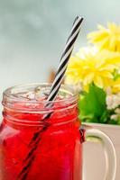 bebida de gelo vermelho foto