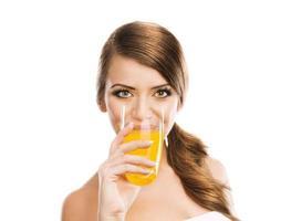 mulher bebendo suco foto