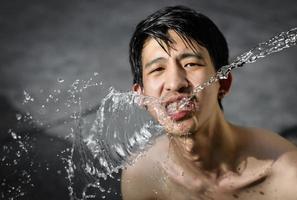 homem bebendo água foto