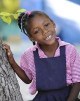 menina da escola haitiana foto
