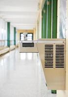 interior do prédio da escola, bebedouro foto