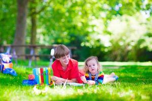crianças no pátio da escola foto