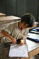 garoto cambojano na sala de aula foto
