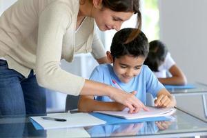 professor em sala de aula com os alunos