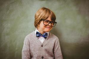 menino sorrindo na frente do quadro-negro foto