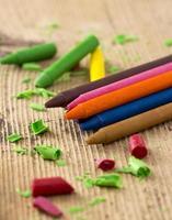 giz de cera colorido na mesa de madeira foto