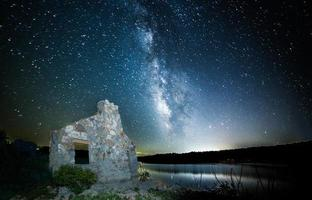 Via Láctea brilhando sobre casa foto