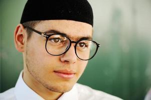 retrato de estudante do sexo masculino olhando feliz e sorridente foto