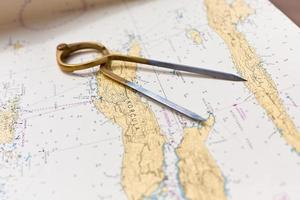 par de bússolas para navegação no mapa do mar foto