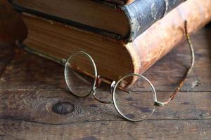 óculos e livros foto